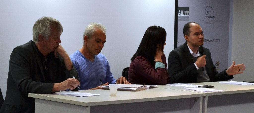 Debatedores do Seminário Mobiliza Curitiba. Da esquerda para a direita: Miguel Roguski (IPPUC), Maurício Rodrigues de Souza (MNLM), Líbina Silva Rocha (Associação de Moradores de Amigas das Vilas) e Henrique Frota (IBDU)