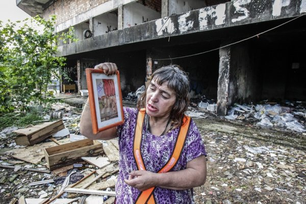Silvana se instalou no prédio abandonado apesar do lixo e dos ratos (foto:  Daniel Castellano/Gazeta do Povo)