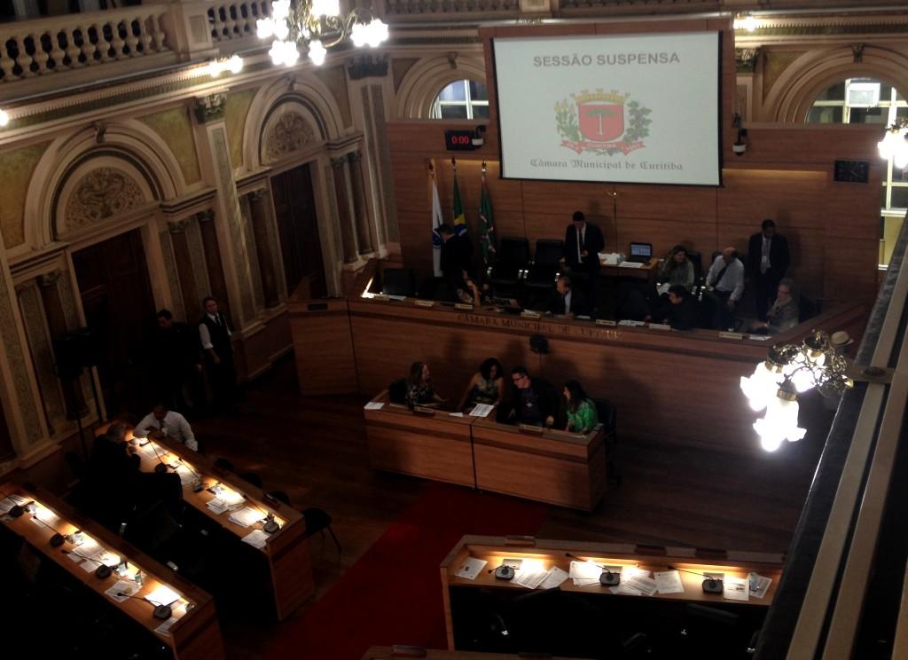 Votação foi suspensa enquanto vereadores se reuniam em sala separada para discussão proposta de alteração nos Planos Setoriais.